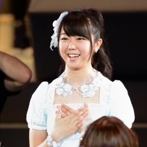 6jun2012---minami-minegishi-em-evento-do-grupo-akb48-em-toquio-1359720686944_300x300