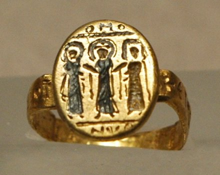Wedding_ring_Louvre_Wedding ring, Byzantium, 7th c. AD, nielloed gold.